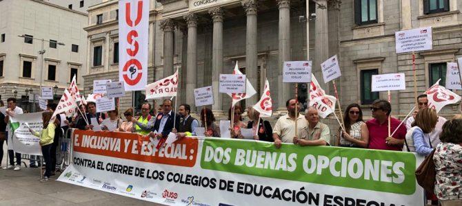 FEUSO entrega en el Congreso de los Diputados 300.000 firmas en defensa de los centros de Educación Especial